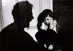 משפחת אומנה עם אב סכיזופרן מכה ומתעלל