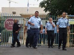 פשיטת המשטרה על מוסד נווה יעקב של משרד הרווחה ומשרד הבריאות (צילום: יותם רונן)