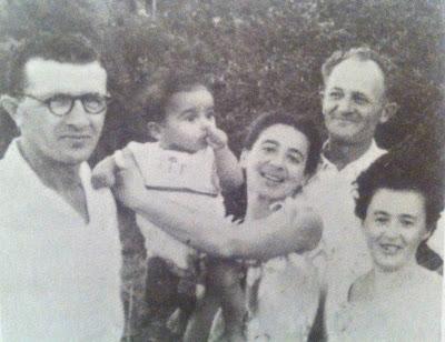 צבי עמירי בקרב משפחתו המאמצת