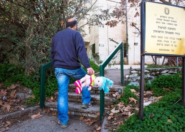 יוני, גרוש ואב לילדה בת 12. החליט לוותר על המפגשים במרכז הקשר ולא ראה את בתו שנתיים. צילום: יהושע יוסף