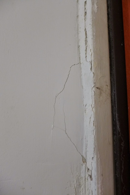 סדק בקיר באיזור דלת הכניסה לדירה עקב בעיטות בלשי משטרת ישראל מרחב דן בדלת