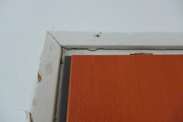 סדק בקיר באזור משקוף דלת הכניסה לדירה עקב בעיטות בלשי משטרת ישראל מרחב דן בדלת
