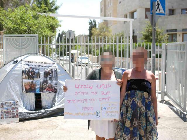 מחאת נשים בירושלים על הוצאת ילדיהם, אוגוסט 2015 (צילום: נועם מושקוביץ)