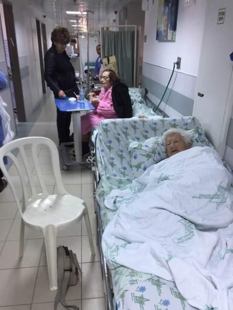 בית חולים לניאדו נתניה - זקנות בפרוזדור