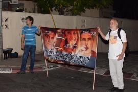 """מחאה לשחרור העצירים הפוליטים מוטי לייבל, לורי שם טוב, ועו""""ד צבי זר"""